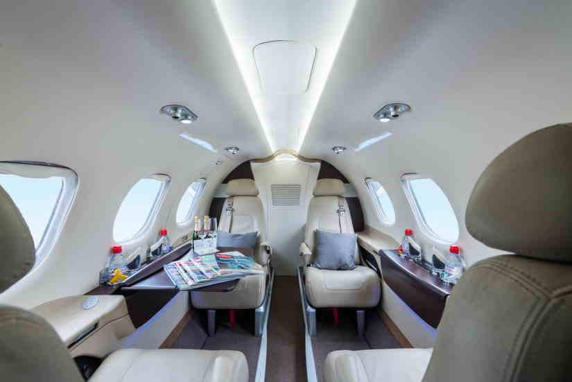 салон самолета Embraer Phenom 100