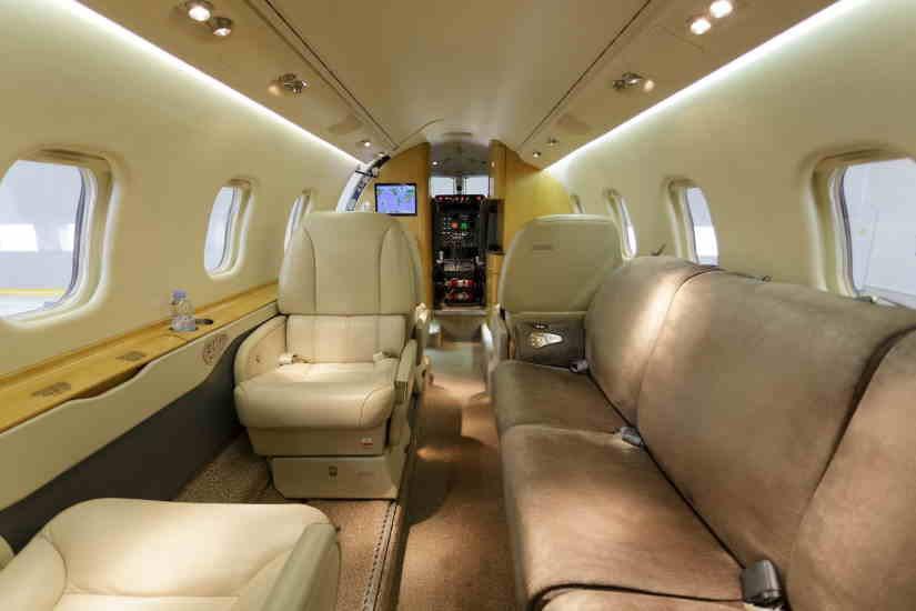 салон самолета Learjet 60