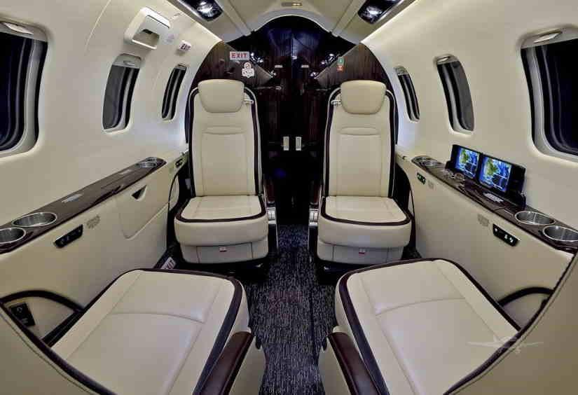 салон самолета Learjet 75