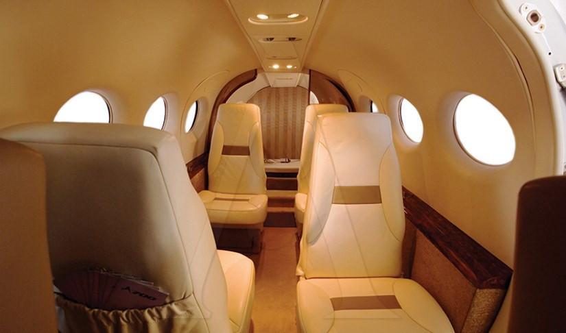 салон самолета AdamJet A700