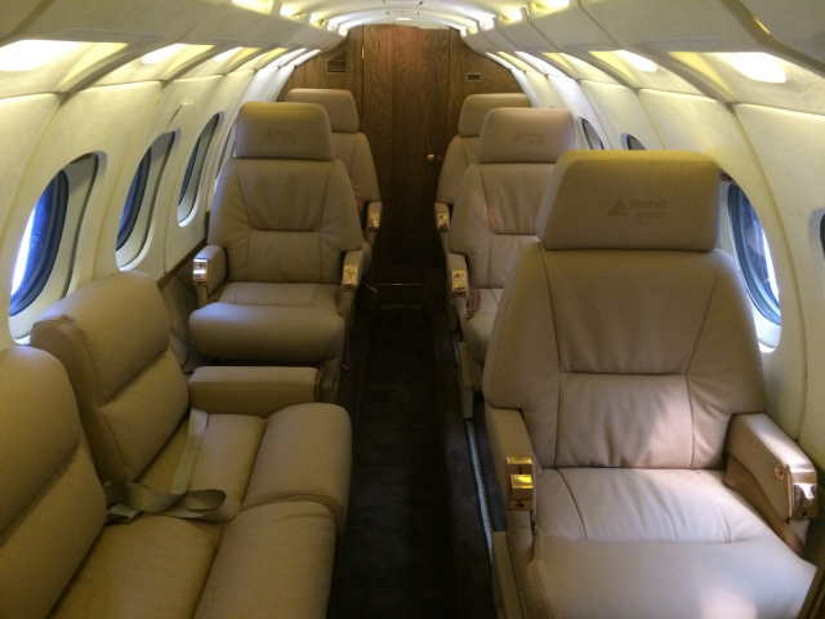 салон самолета Beechcraft Hawker 700
