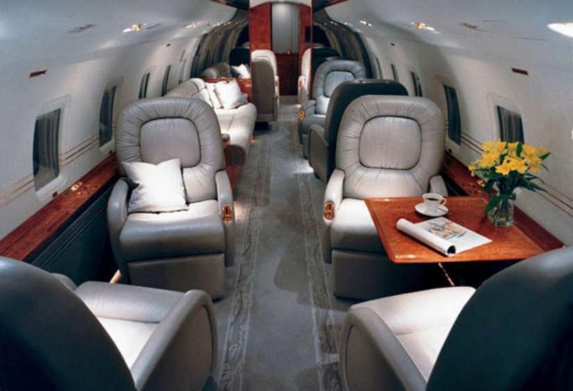 салон самолета Bombardier Challenger 800