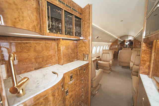 интерьер салона самолета Dassault Falcon 2000