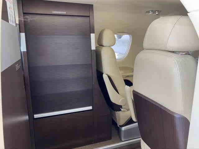 интерьер салона самолета Embraer Phenom 100