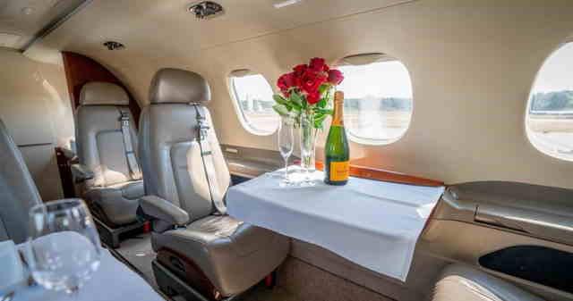 интерьер салона самолета Embraer Phenom 300