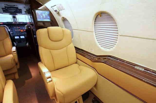 интерьер салона самолета Hawker 400XP
