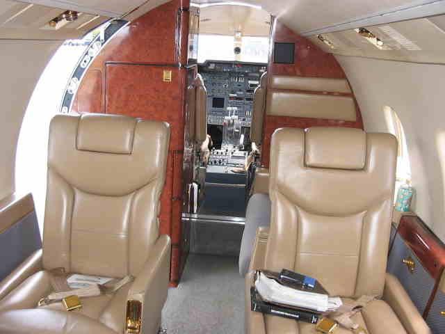 интерьер салона самолета Learjet 55