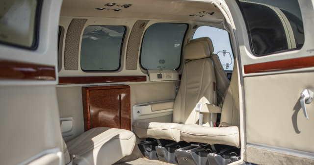 интерьер салона самолета Beechcraft Baron 58