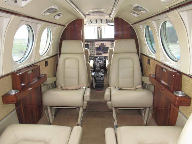 интерьер салона самолета Beechcraft King Air 90