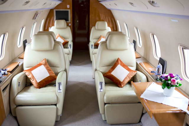 интерьер салона самолета Bombardier Challenger 300